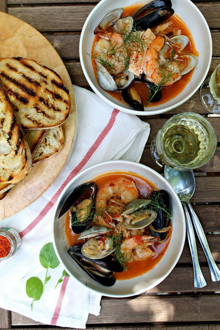 Bouillabaisse Famous Fish soup recipe (South of France) Il y a des tas de recettes de Bouillabaisse... quand ça bouille tu baisses !