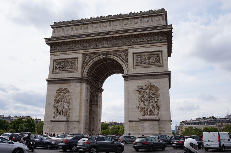 mobil-mobil dibanding gerbangnya kecil sekali ya.. taken from the edge of Champs Elysees road.