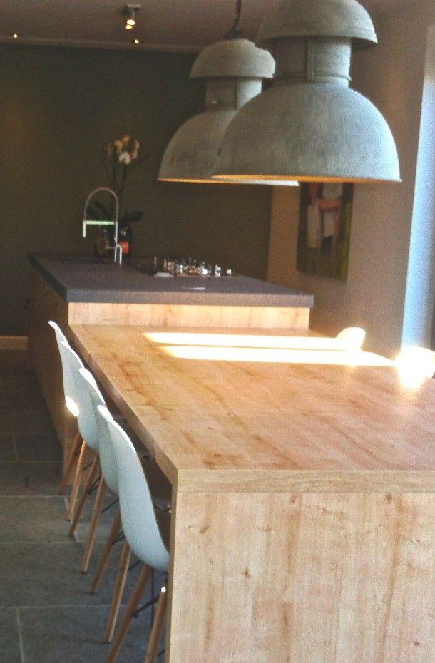 Kookeiland met eettafel in één, hout van de keuken komt terug in de tafel (+ ev zitmeubilair tegen de wand)