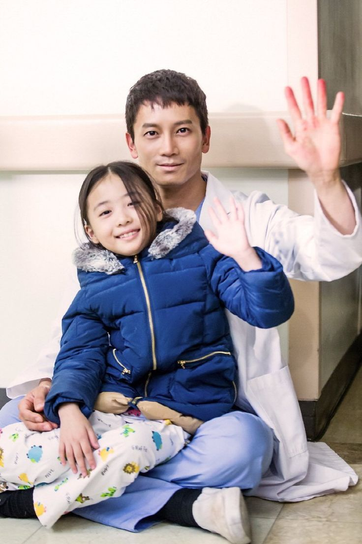 """Ji Sung Plays The Doting Father Even When He's Off-Camera While Filming """"Defendant"""" 