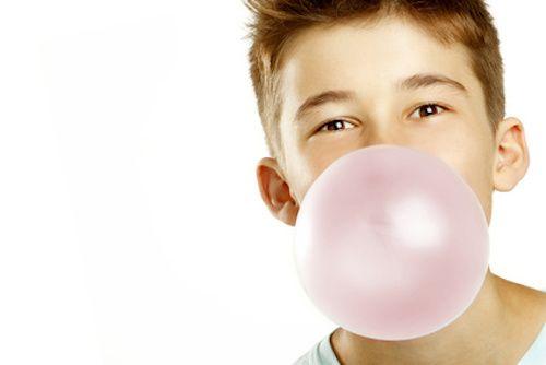 Un chewing-gum s'est collé sur vos vêtements ? Beurk ! Heureusement avec cette astuce tout devient plus facile ! Découvrez vite comment enlever un chewing-gum sur un vêtement ou un tissu.