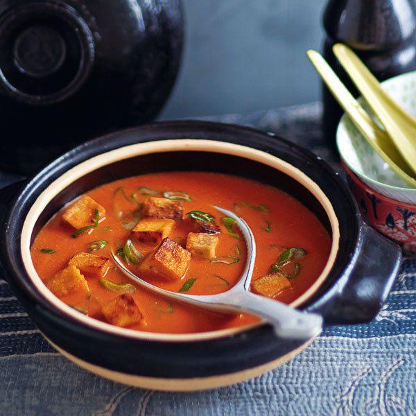 Die Tomatensuppe verwandelt sich in einen ostasiatischen Traum mit Kokosmilch und Limettenblättern. Als Einlage gibt es Räuchertofuwürfel.