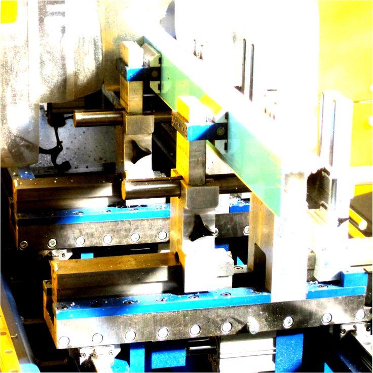 Maschinenästhetik - Fensterprofile durchlaufen vielfältige Säge- Fräs- und Bohrprozesse bis sie zusammengefügt werden.
