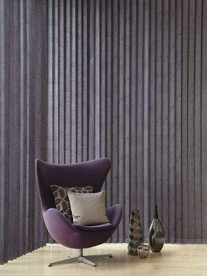 Un living room tapetat cu jaluzele verticale.