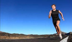 Atleta correndo no asfalto - Foto: Getty Images