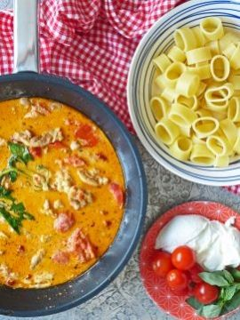 Een snelle, verse pasta met kip, tomaat en mozzarella