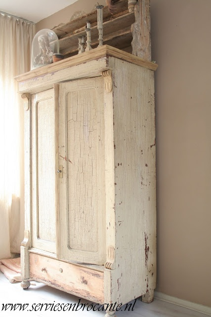 Love this cabinet (from Servies en Brocante)