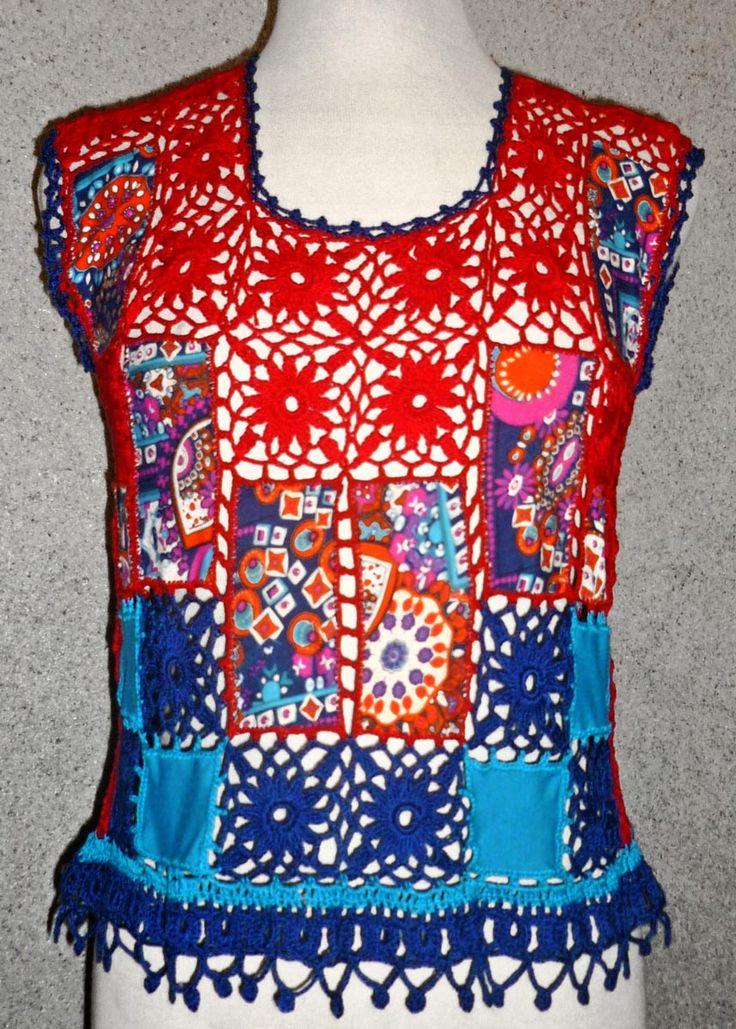 Blusa elaborada con tejido a crochet en hilos de colores turquesa, verde claro, verde oscuro y lila, con aplicaciones de tela jersey azu...