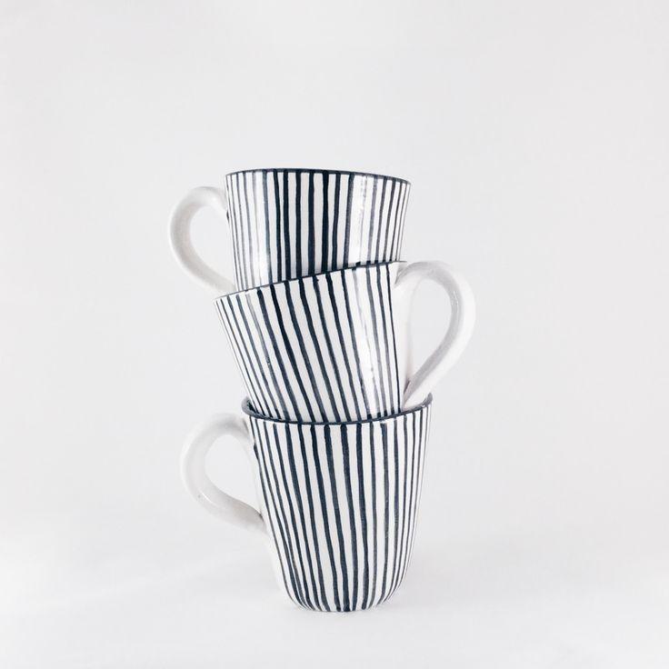 Ein schwarz gestreifter handgemachter Keramik-Becher für Kaffee und Tee. Zu kaufen bei Etsy.