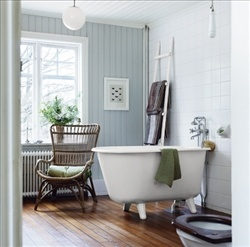 I've never seen a tub situated like this, and I love it!  Inred balkongen för maximal njutning - Skonahem
