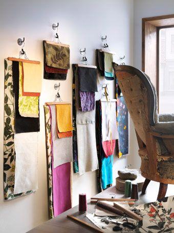 BUMERANG Hosenbügel in Naturfarben an silberfarbenen BYGEL Haken, hier genutzt, um Stoffproben an der Wand aufzuhängen