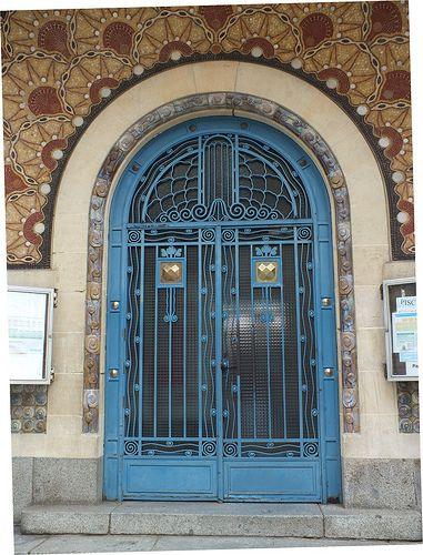Art-Déco à Rennes, Piscine St Georges. L'entrée principale, porte en ferronnerie, voûte en mosaïque .