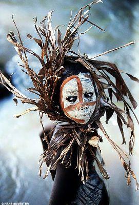 アフリカはスーダン、ケニアとの国境近い南部エチオピアの少数民族「スルマ族」や「ムルシ族」のとてもカラフルなメイクをした女性のたくさんの写真です。野生の木々、エキゾチックな花や野菜をモチーフにしてい