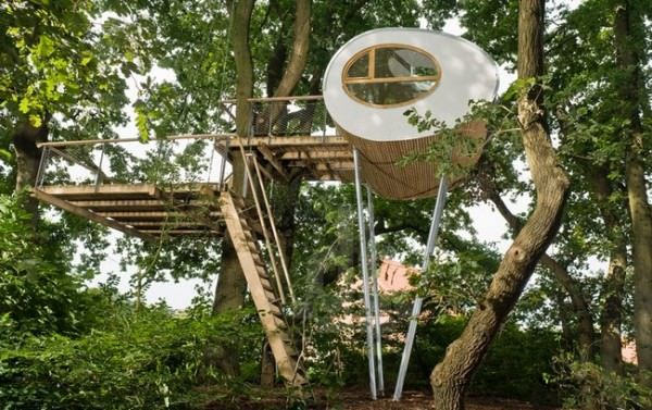 beautiful Design and Comfortable Beautiful Tree House  #Architecture #Design #Nature #Tree #Treehouse Tree-houses have gone a long way from a children's play area to a regular day-to-day place for living. The architecture of this beautifultree hous...