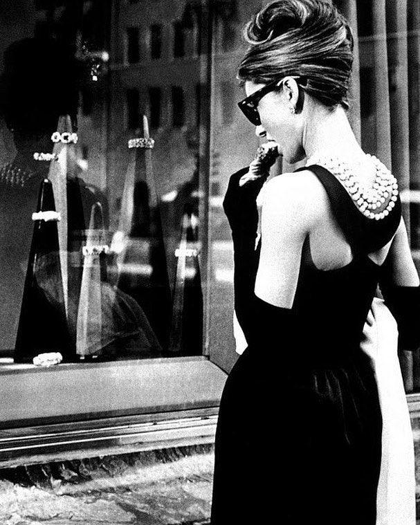 """""""Ecco perché mi piace venire da tiffany per l'atmosfera tranquilla e serena che si respira non per i gioielli"""" #lifestyle #fashionforward #paris #luxury #instablog #yummy #draw #art #ipadart #audrey #medibangpaint #vintageeffects  #90s #colazionedatiffany #vintage #paint #breakfastattiffanys #vintagestyle #drawing  #blackandwhite #vacanzeromane #tiffany #tiffanyandco by magamimi"""