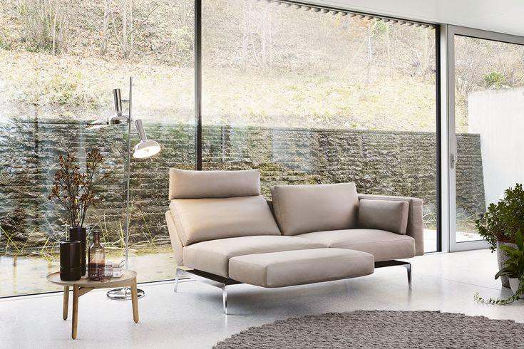Das Sofa bietet verschiedene Verstellmechanismen wie klappbare Armlehnen, neigbare Rückenlehnen oder ein schwenkbares Armteil, dass man zur Fussstütze umfunktionieren kann.