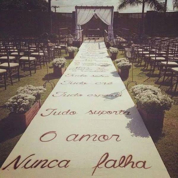 Ideias criativas para casamento: passarela personalizada com os versos de I Coríntios 13 - Foto Divulgação