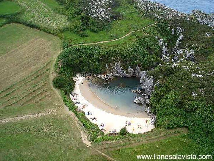 El Aula Verde   Gulpiyuri (Asturias) Es la playa más pequeña de España y quizá la más pequeña del mundo. Apenas tiene 50 metros de costa y el agua no sobrepasa el metro en las zonas más profundas.Guilpiyuri es una de las más singulares playas asturianas por ser un espacio cerrado al mar.Gulpiyuri ha sido declarada Monumento Natural. Forma parte de la Red Regional de Espacios Naturales Protegidos