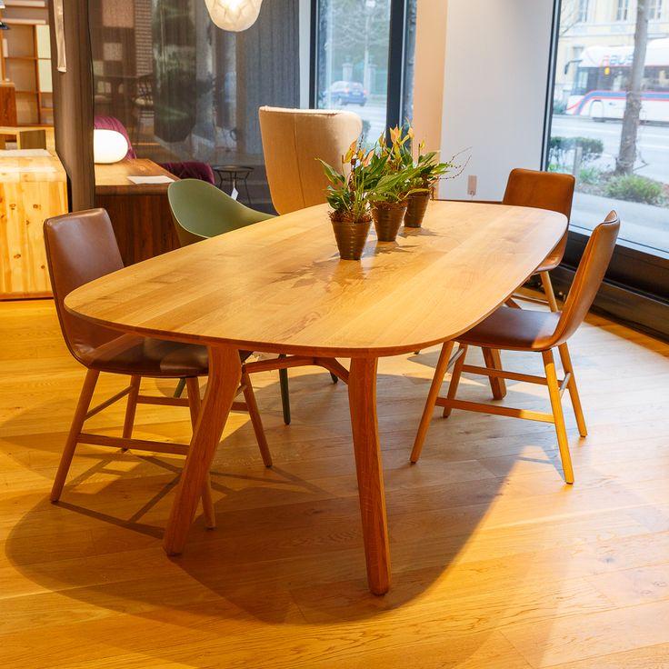 """Am runden Tisch - Der Auftrag an den Designer lautete, einen Tisch zu entwerfen, der flexibel ist und für viele Gäste genauso geeignet ist wie für wenige. Entstanden ist der """"Vesta"""" Tisch. Das Einzigartige daran: Ohne ihn verändern zu können, erfüllt er seine Anforderungen perfekt. Die runde Form ermöglicht ein geselliges Zusammensein. Gerade und ungerade Gästezahlen finden ausreichend Platz und man kann sich mit mehreren Personen gleichzeitig unterhalten."""