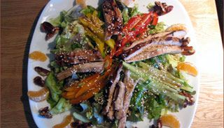 Salade californienne au poulet et noix au sirop d'érable #recettesduqc #salade #repas