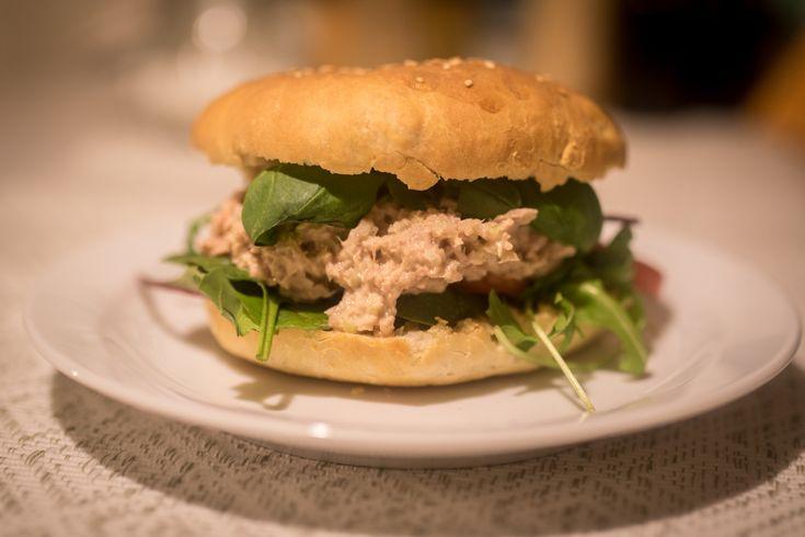 Tunfiskburger med hjemmelaget hamburgerbrød