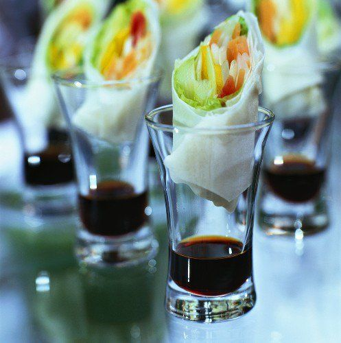Spring rolls served individually with soy sauce look chic, clean, and delicous. #eventfood #springroll #class