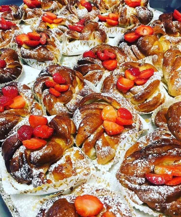 Citron och vaniljbullar med aprikoterade jordgubbar#välkomna #gladmidsommar #torslanda #sockermajas #bakery
