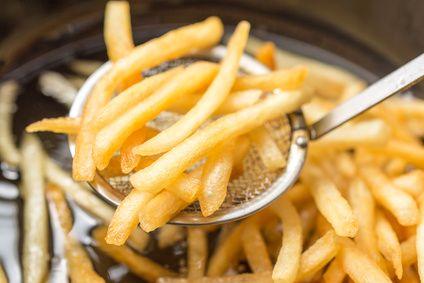 La friture est un mode de cuisson très apprécié car les aliments cuisent rapidement et ont une texture craquante. Elle est cependant assez néfaste pour la santé et mieux vaut ne pas en abuser. Voici pourquoi.