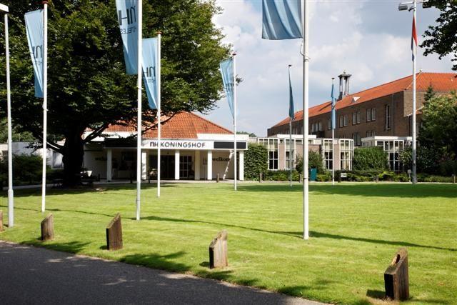 NH Conference Centre Koningshof Het NH Conference Centre Koningshof is omgeven door weelderig groen en is het grootste en meest centraal gelegen conferentiehotel in de Benelux. Wandelen en fietsen is gemakkelijk mogelijk vanuit het hotel en de golfclub Genderstein bevindt zich op slechts vijf minuten lopen. De bus, die voor het hotel stopt, brengt je in vijftien minuten naar het centrum van Eindhoven en zijn beroemde moderne en luxueuze winkelcentrum.  www.nh-hotels.com