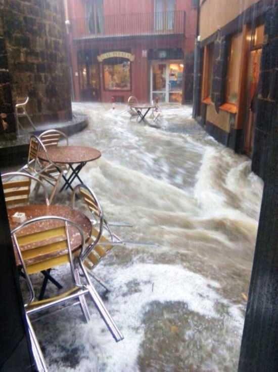 Un carrer ple d'aigua a Olot.  JOAN GUIRADO.  eldigitaldegirona.com http://www.eldigitaldegirona.com/video-la-tempesta-que-va-paralitzar-aquest-dimecres-a-olot/