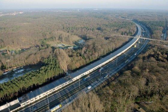 》Zugtunnel zwischen Holland und Belgien: Auf einer Strecke von 3,5 Kilometern hat der belgische Eisenbahnnetzbetreiber Infrabel 16 000 Solarmodule installieren lassen. Für den Schienenverkehr sei Photovoltaik eine gute Ergänzung, sagte ein Sprecher des Solaranbieters Enfinity dem britischen Guardian. Die Panele könnten ungenutzte Flächen aufwerten, zudem drohten keine Proteste von Anwohnern wie etwa bei der Planung von Windrädern.《