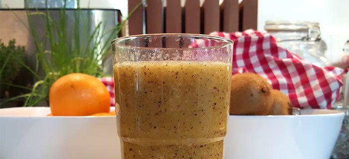 Deze smoothie met sinaasappel en kiwi heb je zo gemaakt. Lekker fris van smaak en lekker bij je ontbijtje. Hier vind je het recept.