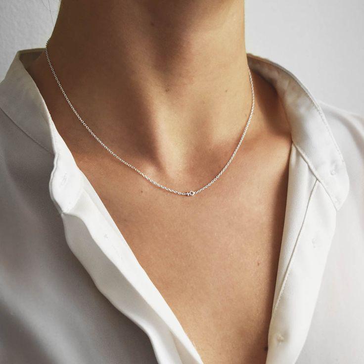 Ett halsbandi silver med en liten kvinnosymbol.  Halsband18k guld  Justerbar längd 40, 42 & 45 cm