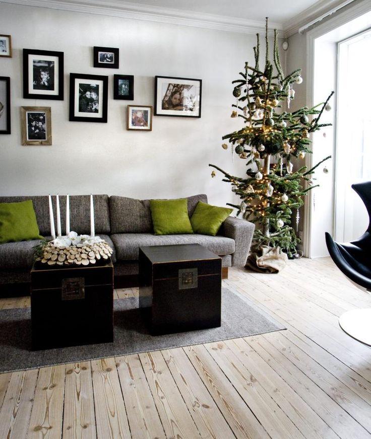 NATURLIG STUE: Stueveggen har bilder i svart/hvitt for å skape en helhet. To kister fra ilva.dk er brukt som stuebord og fungerer samtidig som oppbebevaring.
