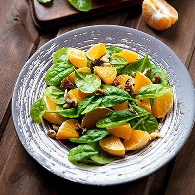 Salade d'oignons rouges, de tangerines et d'épinards
