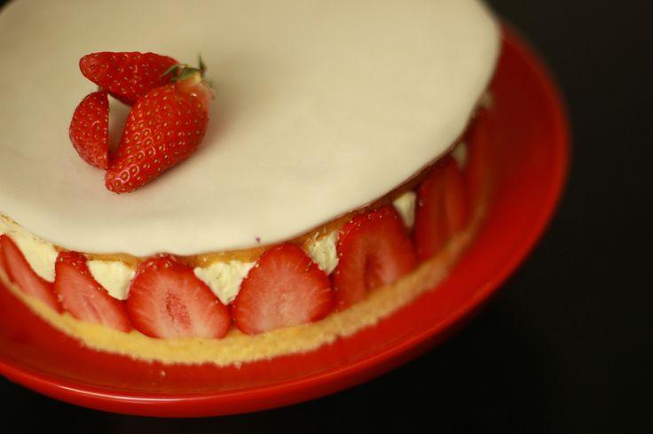 Hervé Cuisine vous propose de réaliser un fraisier facile et léger, avec une bonne crème légère à la vanille. Recette en vidéo à suivre étape par étape