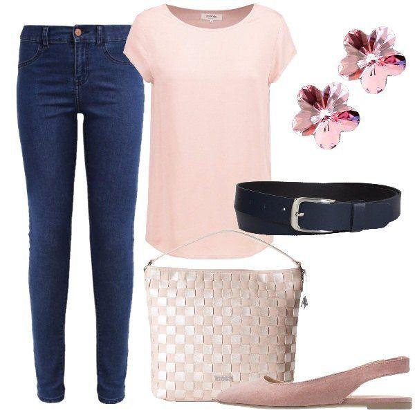 I jeans sono blu ed hanno vestibilità aderente. Blu è anche la cintura mentre la t-shirt a maniche corte è rosa. La borsa a secchiello è invece a scacchi panna e rosa. Le ballerine aperte dietro sono rosa antico e gli orecchini a lobo, a forma di fiore, sono in vetro rosa.