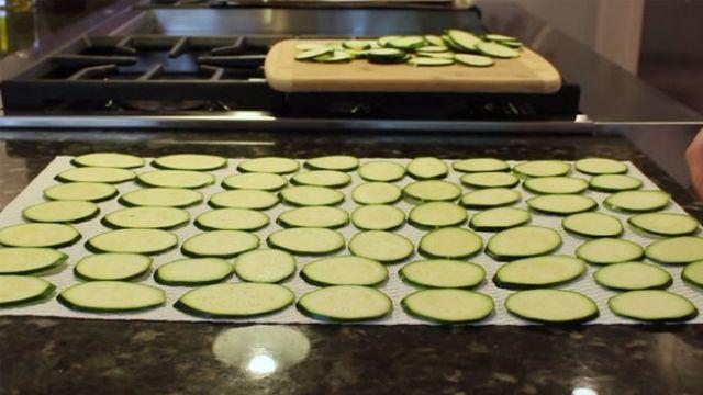 Quando vedrai come cucina le zucchine non mangerai più patatine in busta. Buonissime!