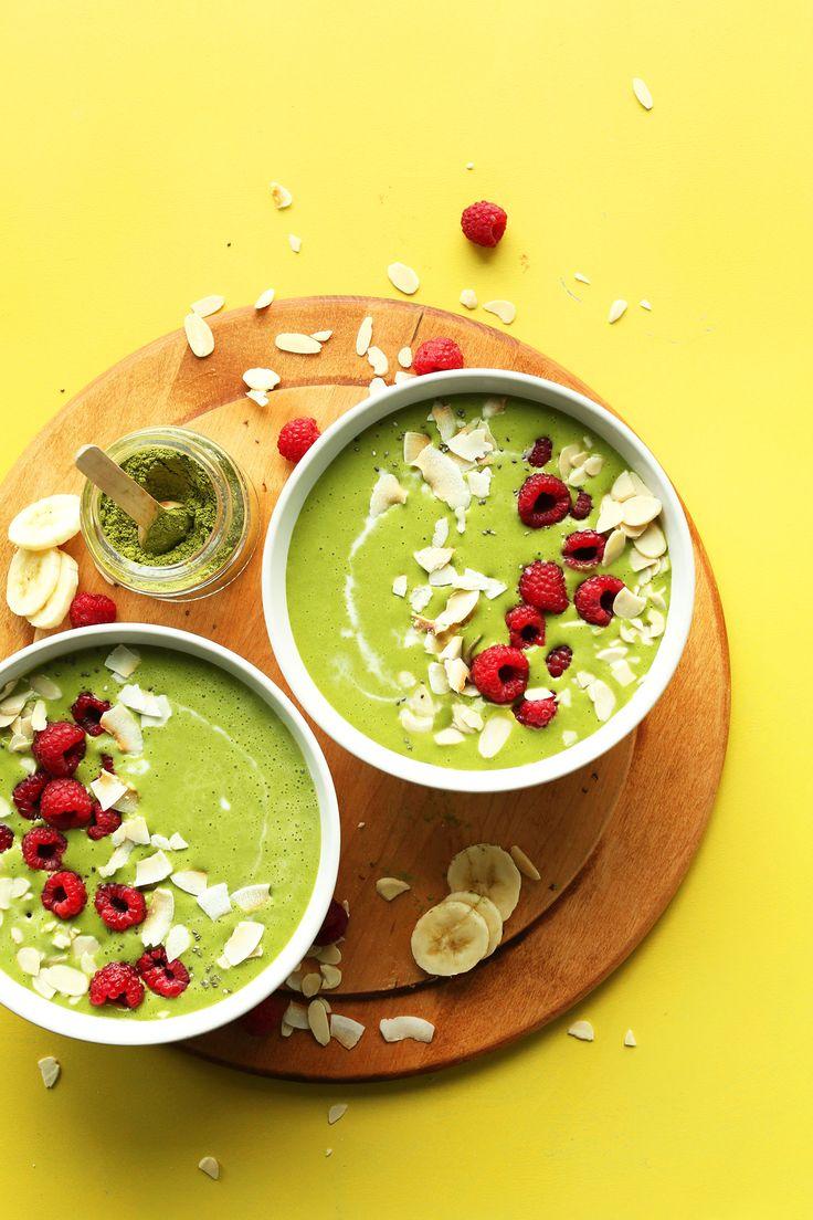 Cremig, Erfrischend Matcha grüner Smoothie Bowl!  4 Zutaten, cremig, natürlich süß, so lecker!  #veagn #glutenfree #plantbased #matcha #greensmoothie #Recipe #minimalistbaker