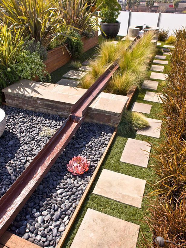Beautiful fluidity - This copper runnel water feature adds one-of-a-kind architectural detail to this rooftop deck. The water runs along the entire length of the deck, bringing a linear look to the space. Design by Velvet Hammerschmidt