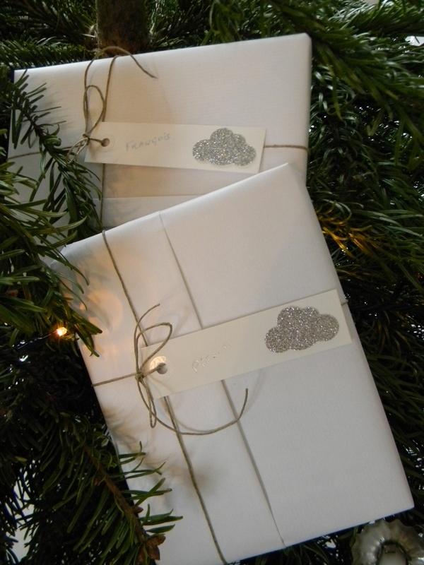 Noël ...presents in the tree.