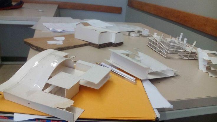 la mesa con maquetas de trabajo; ninguna idea fue usada