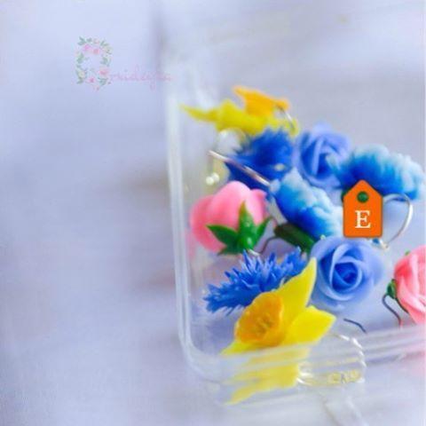 Customized jewelry on www.orxideykastudio.etsy.com🌸 #flowers #handmadejewelry #etsy #polymerclay #flowerjewelry #flowerearrings #roseearrings #colorful #blue #pink #yellow