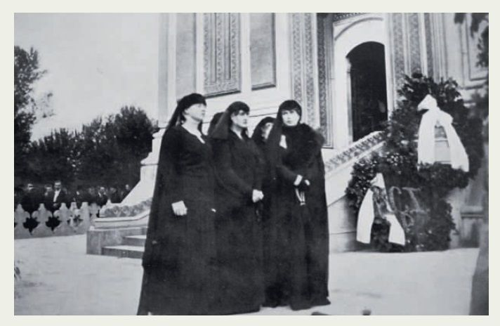 M.S. Regina Maria a Romaniei, Regina Elisabeta a Greciei, nascuta principesa a Romaniei si Regina Maria a Yugoslaviei, nascuta principesa a Romaniei, la funeraliile regelui Ferdinand