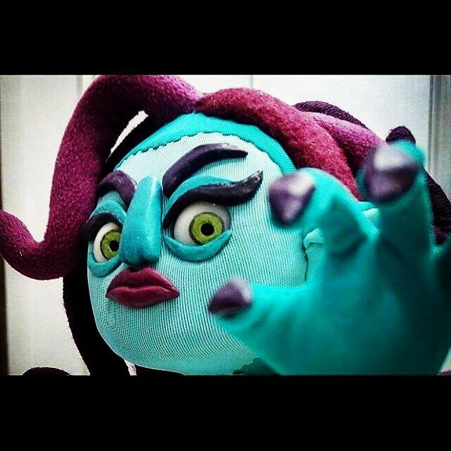 Preparáos, mortales! Muahahahahhaaaa!  #stopmotionbcnfestival #stopmotionpuppet #stopmotionanimation #stopmotion #puppet #handmadedolls #medusa  @Regrann from @pussie_toys -  Algo se acerca