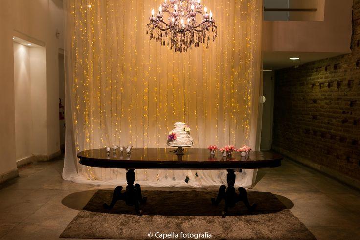 Mesa do Bolo com Cortina e pisca pisca - decoração por Nita Rocha