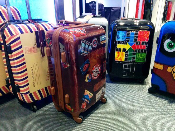 http://bolsos-maletas-originales-barcelona.blogspot.com.es Bolsos y maletas originales en Barcelona, bolsos de diseño, bolsos fiesta y maletas de oferta. Estamos en Barcelona. Una gran gama en: joyero organizador, organizador de joyas, carteras tarjetero para hombre, bolsos clutch y accesorios de moda. Bolsos y maletas originales en Barcelona.  Teléfono Barcelona: 934 873 684 Horario: L-S de 10:00 a 21:00