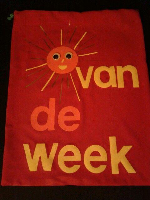 Iedere week is een ander kind het zonnetje van de week. In dit leuke tasje mag hij/zij 5 spulletjes van thuis stoppen die voor het kind belangrijk zijn. Deze spulletjes worden op en speciaal plekje in de klas tentoongesteld.