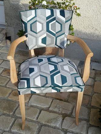 Ce fauteuil bridge des années 50 à été complètement refait, garniture traditionnelle, ressorts et crin et habillé d'un tissu très décoratif. Il trouvera facilement sa place - 17273584
