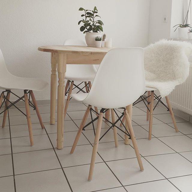 HOLA  Die neuen Stühle sind auch endlich da  so langsam wird es gemütlich. Nur das Internet lässt immer noch auf sich warten.. Habt einen feinen Donnerstag  #interior #Design #newflat #loveit #chairs #kitchen #details #home #hem #hjem #interör #Blogger #decoration #white #happyme #scandilove #scandinavian #scandideco